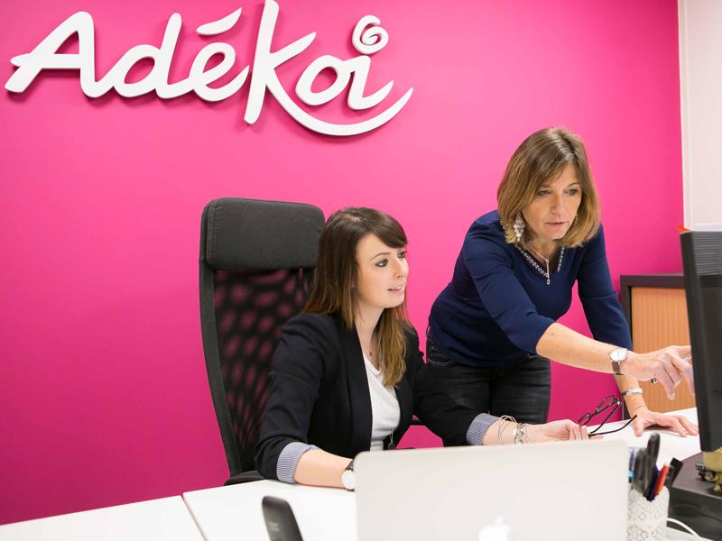 Enseigne PVC logo Adékoi agence communication internet réseaux sociaux