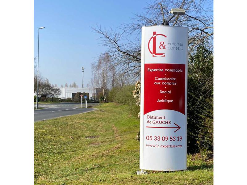 Totem - Habillage intérieur extérieur LC expertise Périgueux - Adékoi communication